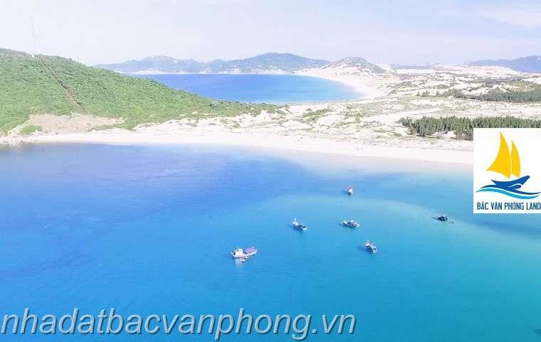 Bãi Biển Trong Xanh. Cát Trắng Mịn. Nơi này có rất nhiều đồi núi tạm chia cắt bờ biển ra nhiều vùng gần như biệt lập. Quá lý tưởng cho việc đầu tư du lịch biển