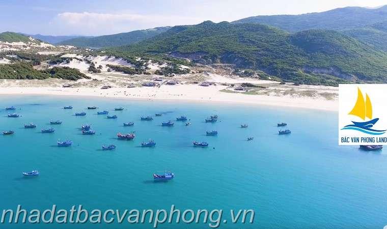 Một bên là đồi. Một bên là bãi biển trong xanh. Hãy tưởng tượng nghĩ dưỡng mà hòa mình vào thiên nhiên hoang sơ như thế này thi còn gì bằng.