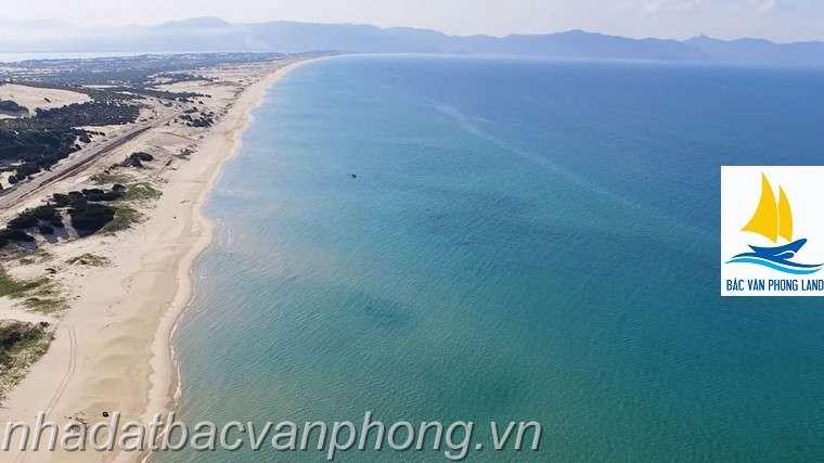"""Đường bãi biển dài hơn 27km cùng dải cát trắng mịn, nước biển trong xanh hoang sơ là những thế mạnh của khu đất """"sạch"""" này."""