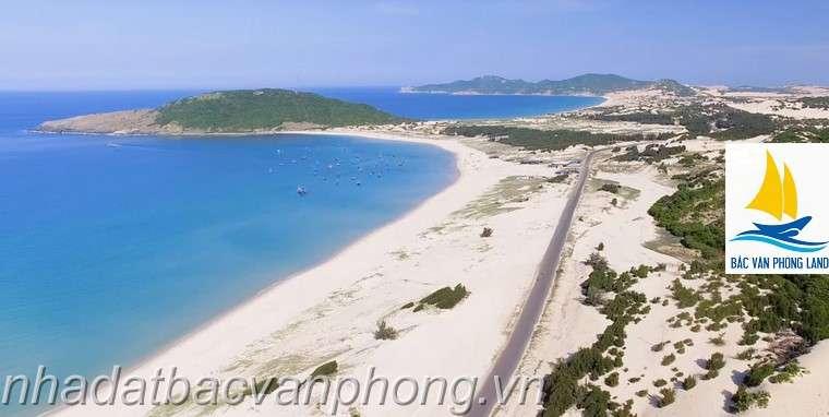 Bãi biển cát trắng mịn. Hoang sơ như một cô gái chưa được nhiều người biết đến vẻ đẹp.