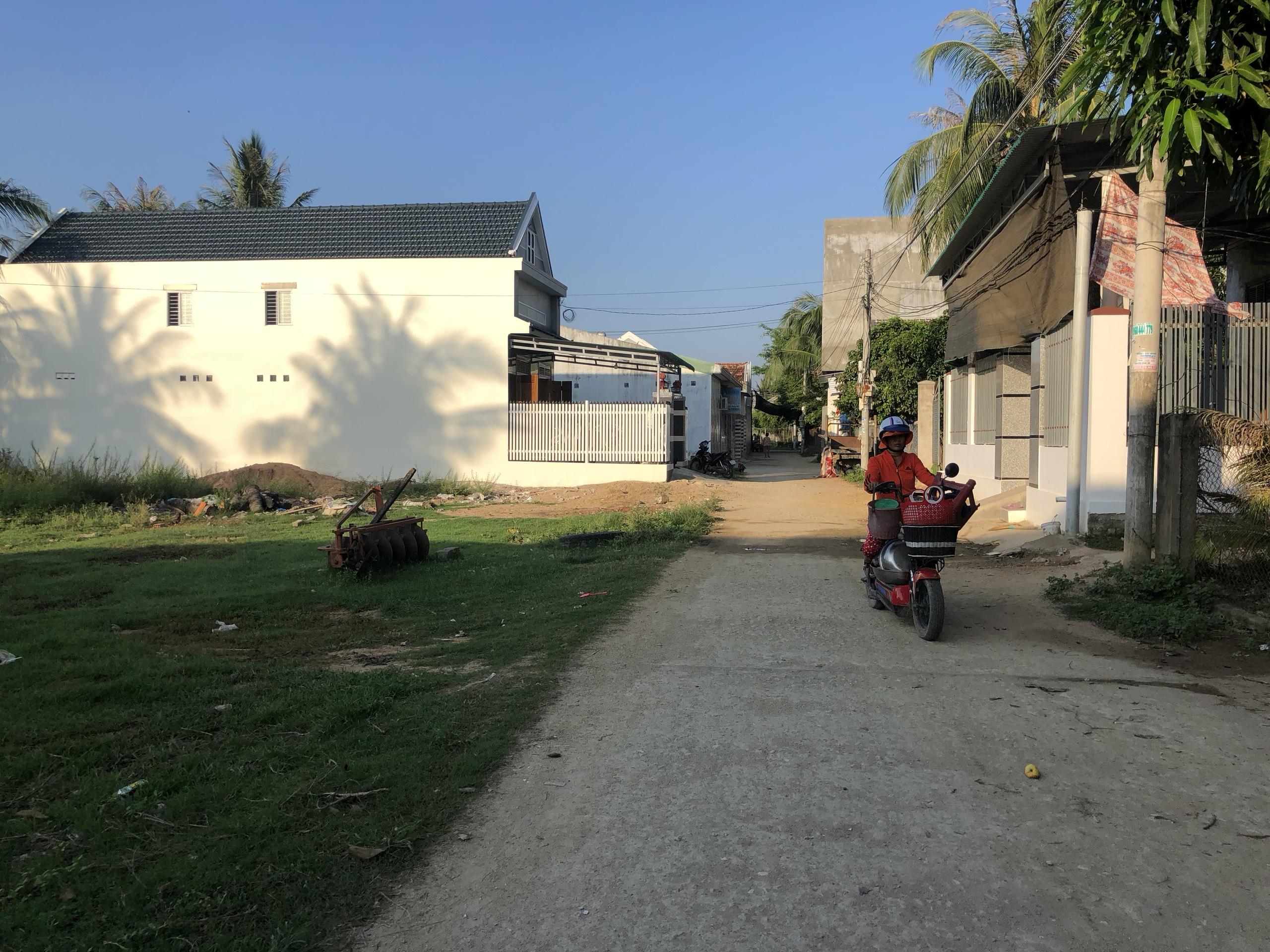 Đường bê tông ngay sau chợ Tân Đức