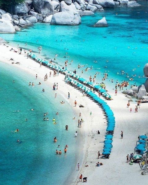 Con đường giữa biển này làm bãi tắm chính của khu du lịch